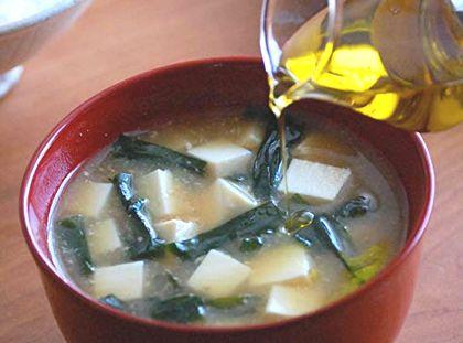 亜麻仁油、エゴマ油をお味噌汁に加える様子