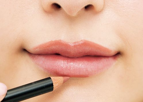 リップライナー、リップペンシルで唇へ色を乗せる様子
