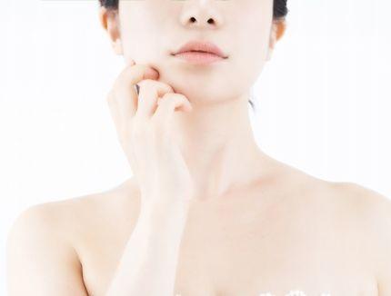 化粧水や乳液をたくさんつけてもいいのか悩む女性