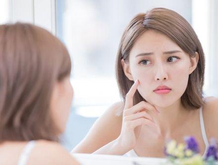 化粧水や乳液のつけすぎによる肌の変化に悩む女性