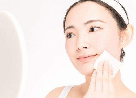 化粧水を適量肌になじませる女性