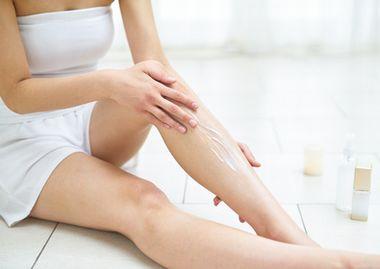 乳液を体の保湿に活用する女性