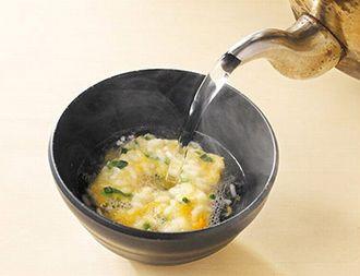 お湯を注いで雑炊を作っている様子