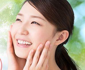 有効成分がニキビの原因を改善し、なめらかな素肌の女性