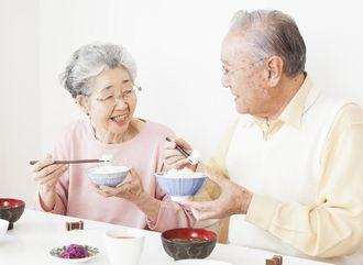 やわらかな食事で安心して食事を楽しむご高齢の方