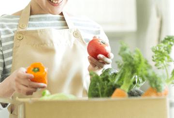 栄養バランスを考え、食材を選ぶ女性