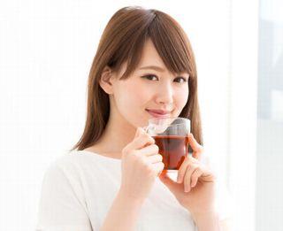 お茶をおいしそうに飲む助成