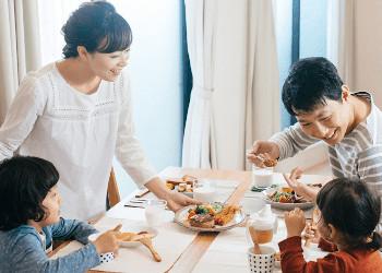 食事を楽しむ家族