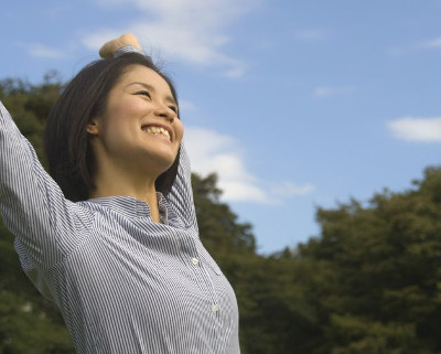 青パパイヤや玄米などの健康食材で健康的な女性
