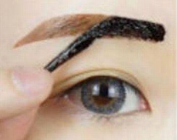 眉ティントをゆっくりとはがす女性