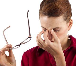 度の合っていない眼鏡を使用して、目が疲れる女性
