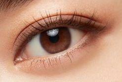 アイシャドウで目が大きくなった女性