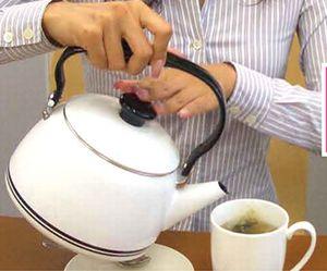 モリモリスリムのティーパックでお茶を入れている様子