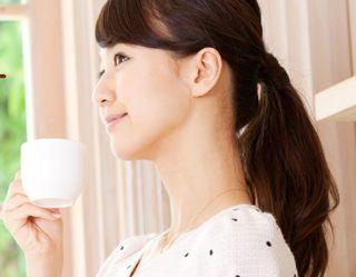 おいしいコーヒーを堪能する女性