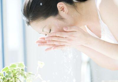 ぬるま湯で優しく洗顔する様子