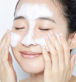 Tゾーンを丁寧に洗顔する女性