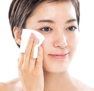 拭き取り化粧水で洗顔する様子