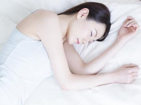 ぐっすりと熟睡する女性