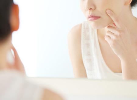 肌の調子の悪さに悩む女性