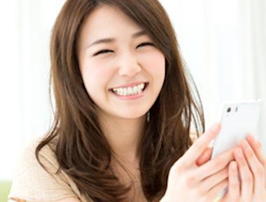 笑顔で表情の豊かな女性