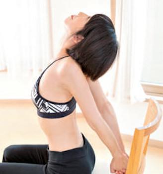 肩甲骨をストレッチする女性