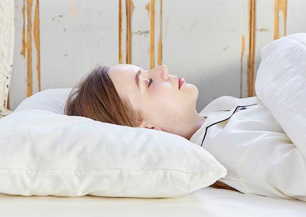 最適な高さの枕で眠る様子