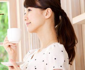 さらっとたま茶をおいしそうに飲む女性