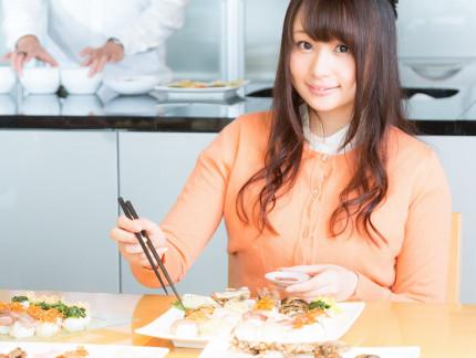 簡単手軽な冷凍食をおいしそうに食べる女性