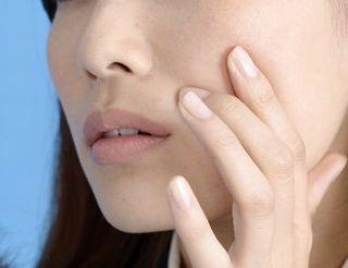 ニキビなどの肌荒れに悩む女性