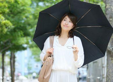 日傘を差して紫外線対策する女性