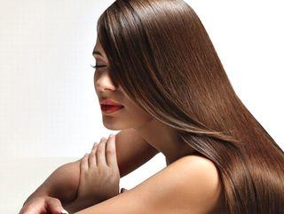 オリーブオイルのスクワランで美しい髪の女性