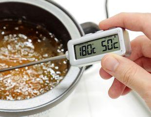 油を温度計で測る様子
