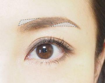 平行眉を描くために眉頭の上と眉山の下を埋める方法