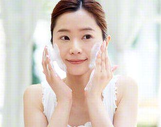 酵素洗顔する女性
