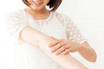 ボディクリームを腕に塗る女性