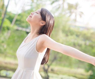 ホルモンバランスが整えられ、生き生きとした女性