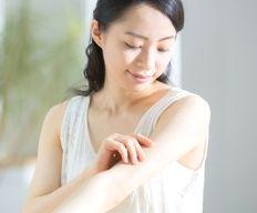 シールドホワイトを腕に塗っている女性