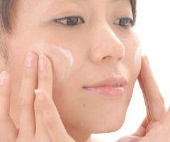 ミルキーフルイドを顔に塗っている女性