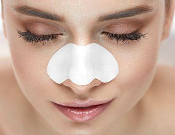 毛穴パック、鼻パックをする女性