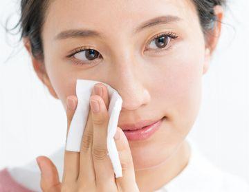 ビタミンC誘導体が配合された化粧水でケアする様子