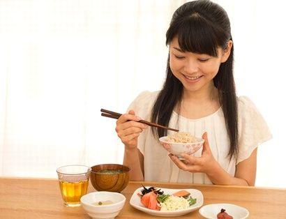 まごころケア食をおいしそうに食べる女性