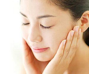 フェイスクリームの高保湿効果を実感する女性