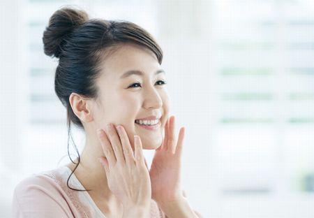 豊富なアミノ酸で美肌効果を実感する女性
