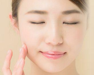 ミネラルメイクアップの肌への低刺激性を実感する女性