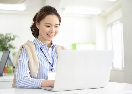 パソコンのディスプレイと目を適度に離して、作業をする女性