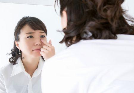 目の充血に悩む女性