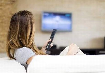 テレビを長時間見る女性