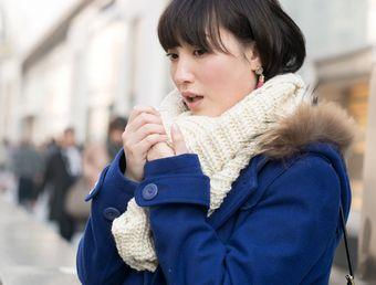 寒さが辛そうな女性