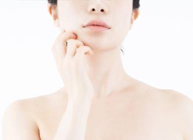 美容液を使用するか迷う女性