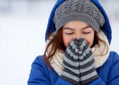 マフラーや手袋できちんと防寒する女性